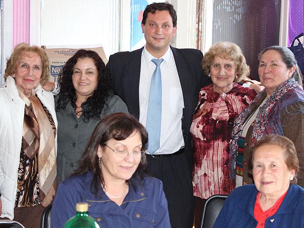 Adultos mayores con Ministro Desarrollo Social